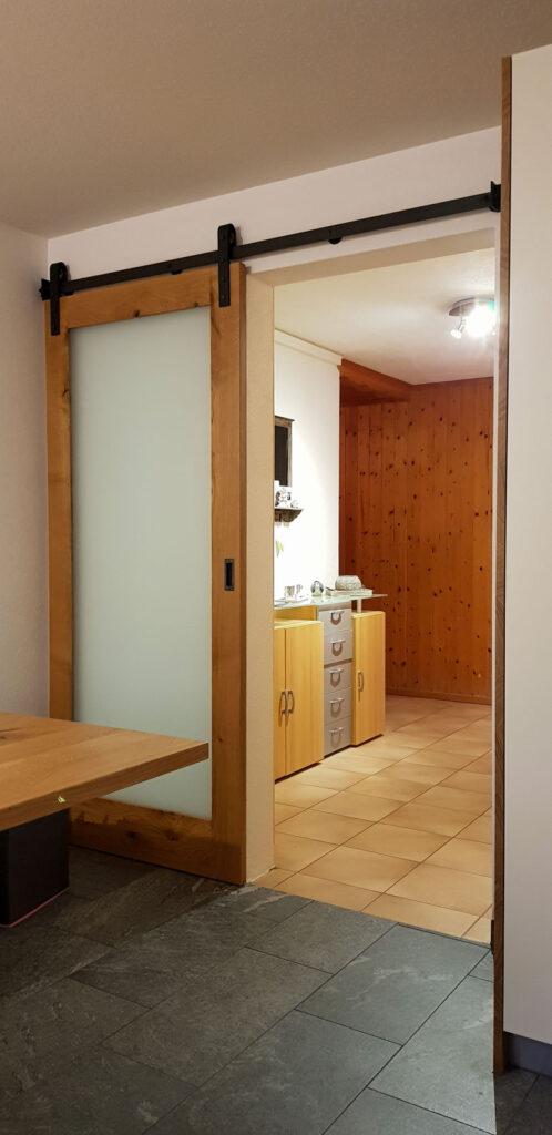 Wooddesign_Raumtrenner_Schiebetüren_.rustikal_Schiebetürbeschlag_schwarz_Schwarzstahl_Muschelgriffe (5)