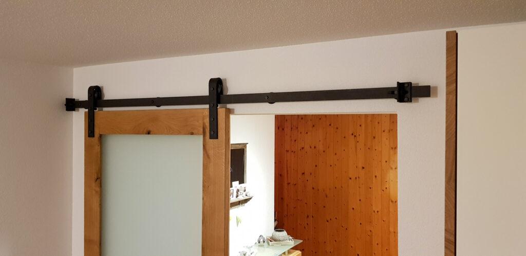 Wooddesign_Raumtrenner_Schiebetüren_.rustikal_Schiebetürbeschlag_schwarz_Schwarzstahl_Muschelgriffe (6)