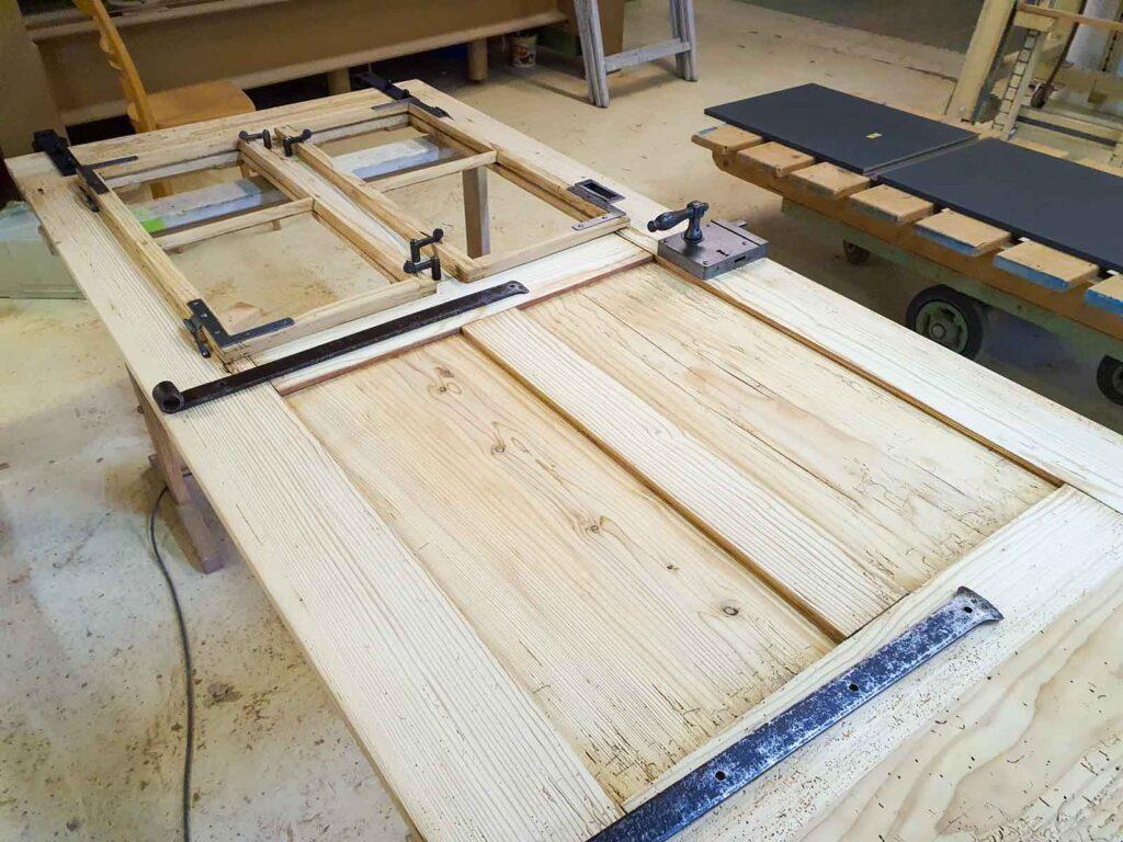 Wooddesign_Raumtrenner_Schiebetüren_Altholz_Türe_rustikaler Schiebtürbeschlag in Schwarzstahl_modern (6)