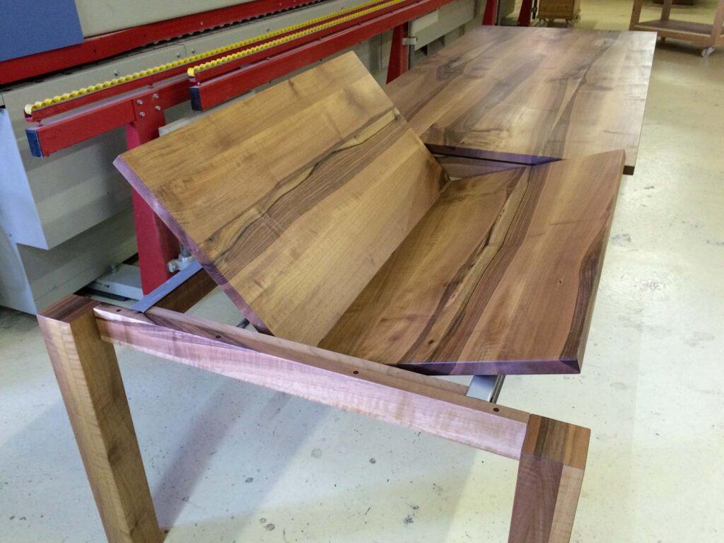 Wooddesign_Realisierte Objekte Tisch und Sitzmöbel_Tisch ausziehbar_ Ausziehtisch_Tischverlängerung_Nussbaum massiv1 (5)