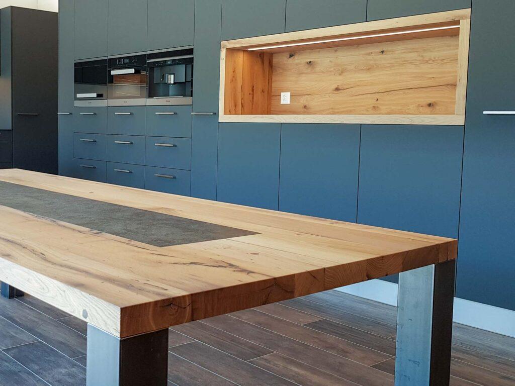 Wooddesign_Realisierte Objekte Tisch und Sitzmöbel_Tisch_Keramikeinlage_Tischbeine aussen_Schwarzstahl (2)