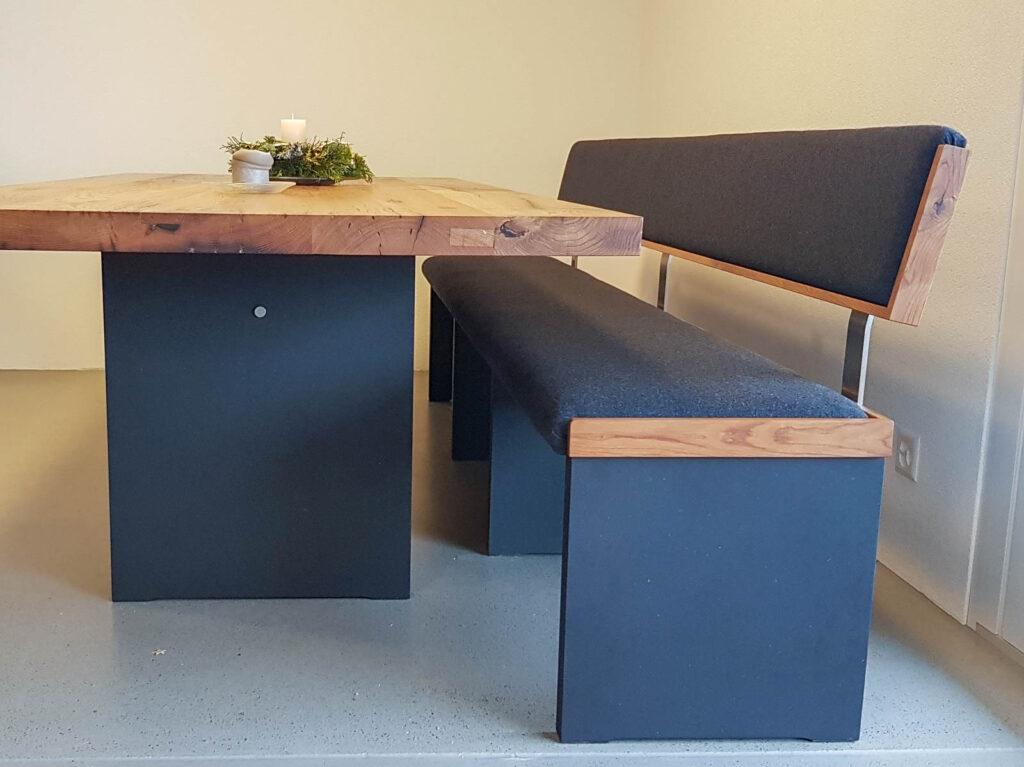 Wooddesign_Realisierte Objekte Tisch und Sitzmöbel_Tisch_Sitzbank_gepolstert_schwarz_Altholz Eiche (3)