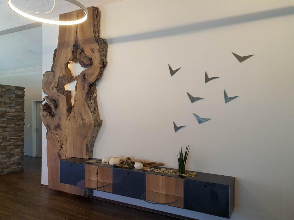 Wooddesign_Realisierte objekte_Wohnzimmermöbel_Design_Holzbild_Ulme_Schwarzstahl_Raumhoch_Pflanzentopf (1)