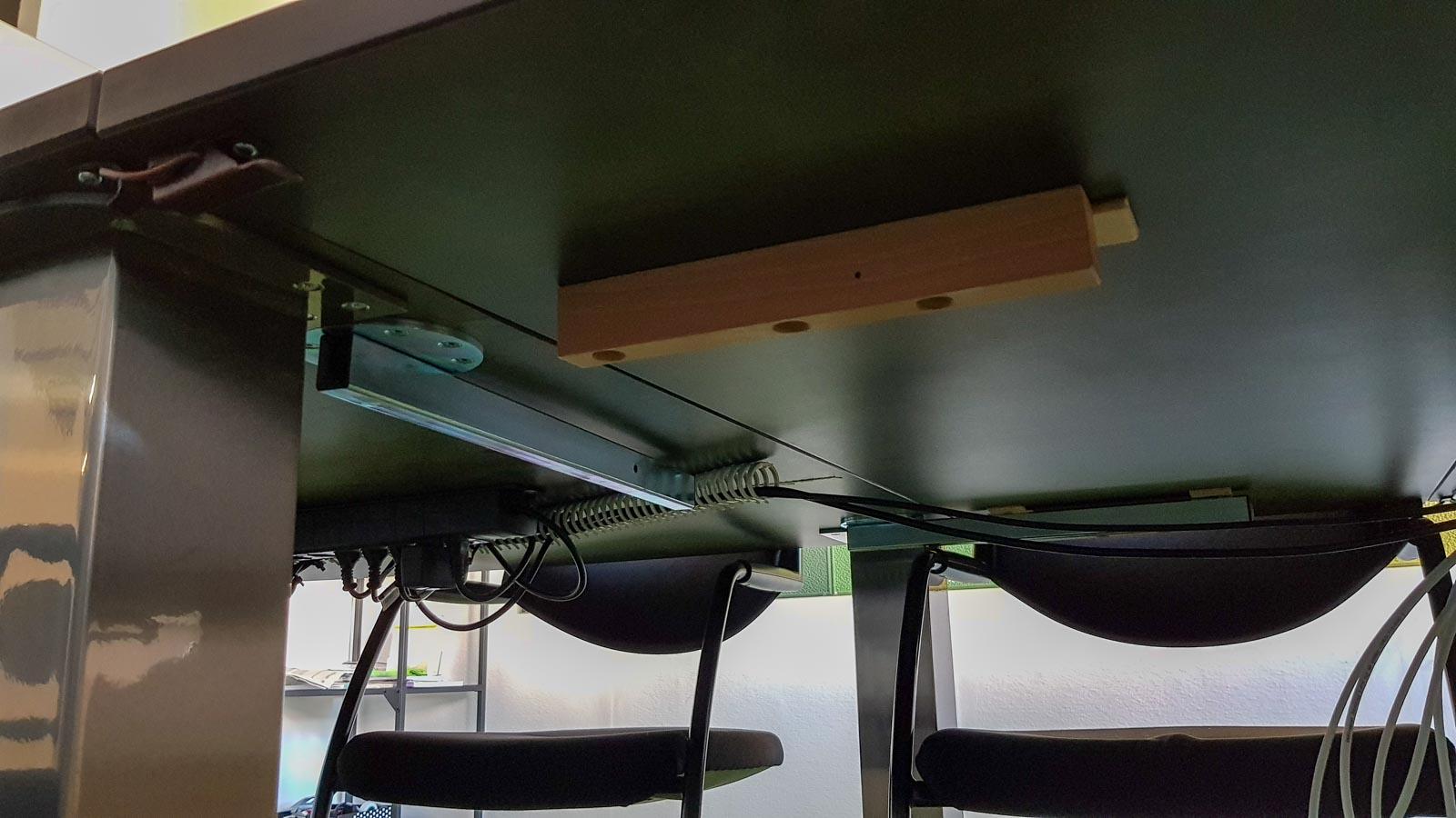 Wooddesign_Sitzungszimmer_Sitzungstisch_Besprechungstisch_erweiterbar_versenkbare Steckdose_Tischverlängerung (3)