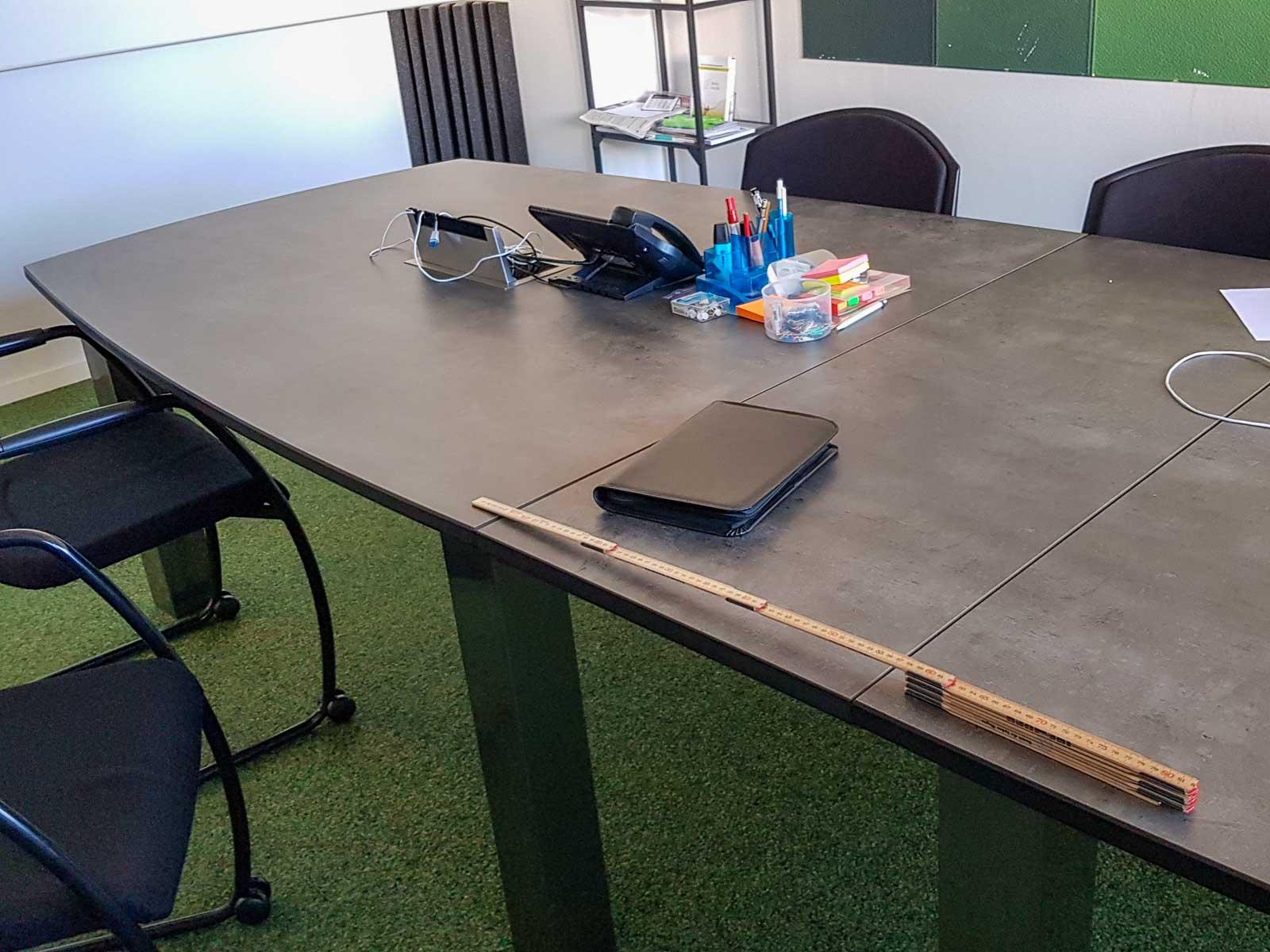 Wooddesign_Sitzungszimmer_Sitzungstisch_Besprechungstisch_erweiterbar_versenkbare Steckdose_Tischverlängerung (5)