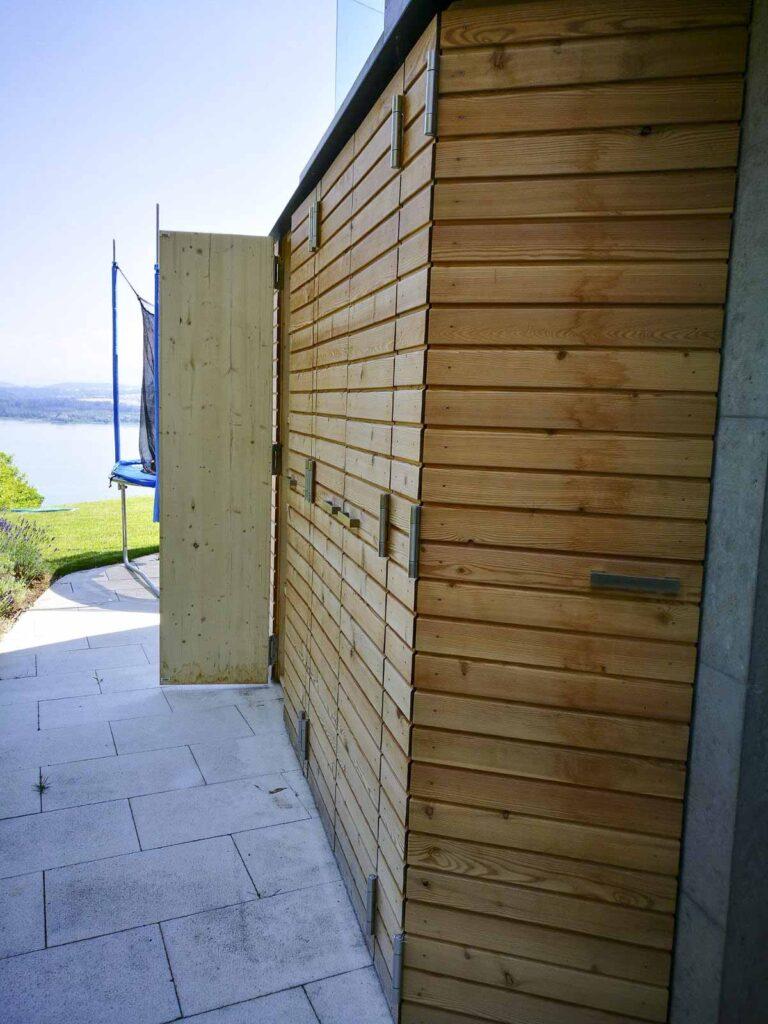 Wooddesign_Terrassengestaltung_Aussenschrank_Lärchenholz vergraut_Holzverschalung_Türen (1)