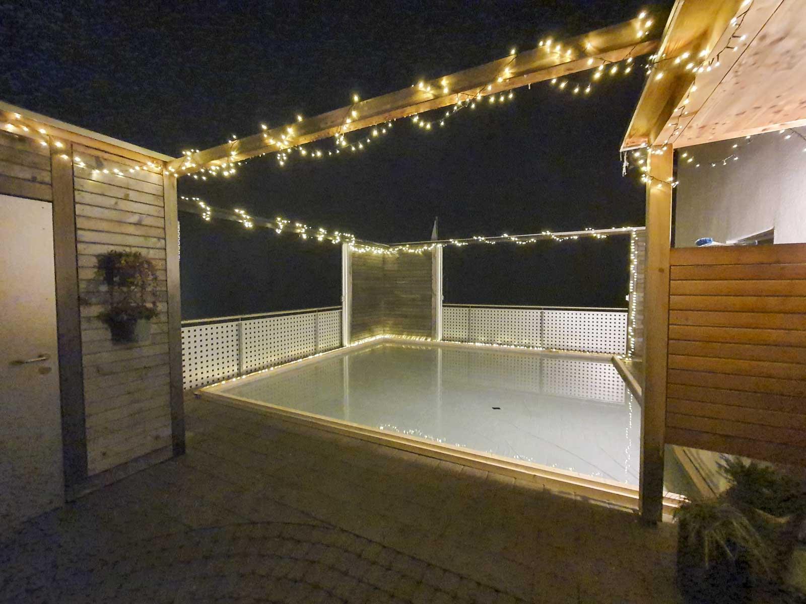 Wooddesign_Terrassengestaltung_Spielplatz_Eisfeld_ Naturholz_Lärchenholz vergraut_Aussenbeleuchtung (1)