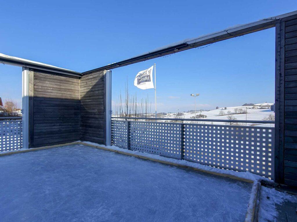 Wooddesign_Terrassengestaltung_Spielplatz_Eisfeld_ Naturholz_Lärchenholz vergraut_Aussenbeleuchtung (3)
