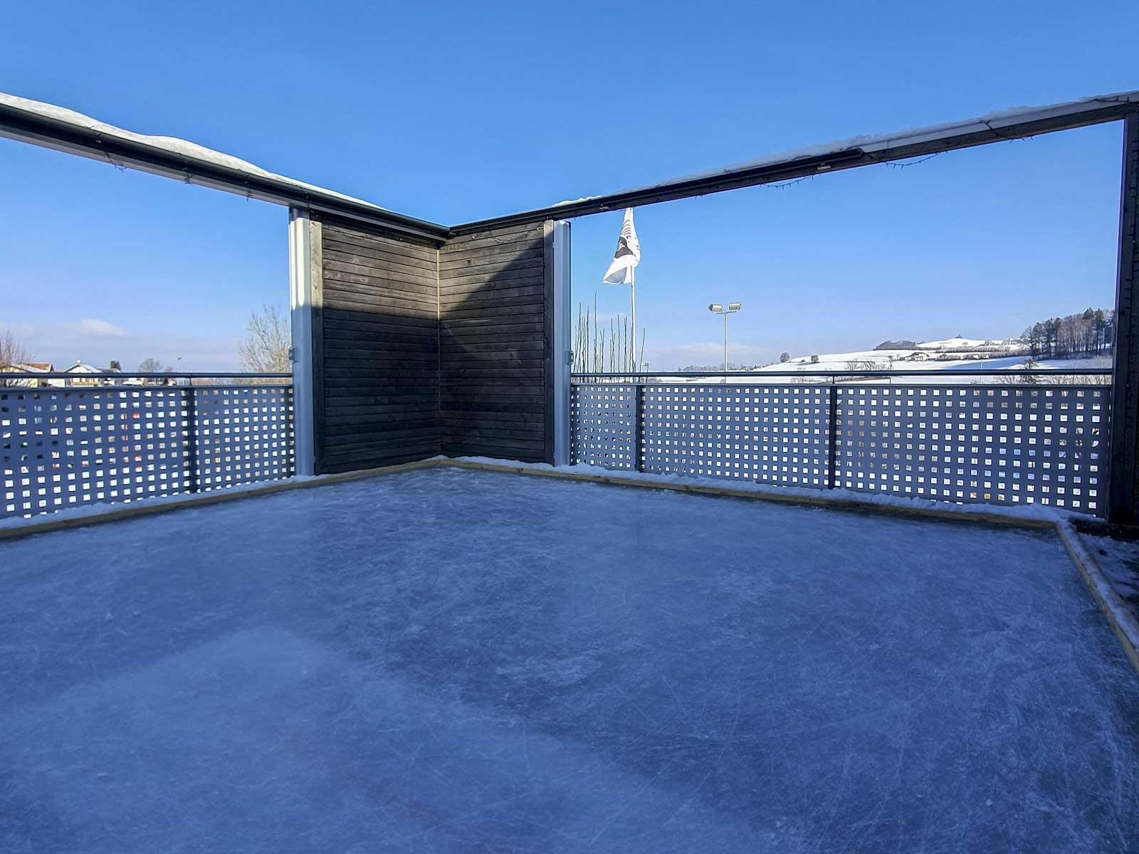 Wooddesign_Terrassengestaltung_Spielplatz_Eisfeld_ Naturholz_Lärchenholz vergraut_Aussenbeleuchtung (6)