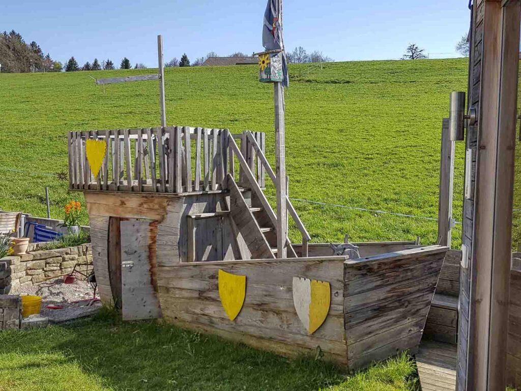 Wooddesign_Terrassengestaltung_Spielplatz_Piratenschiff_Naturholz_Lärchenholz vergraut (1)
