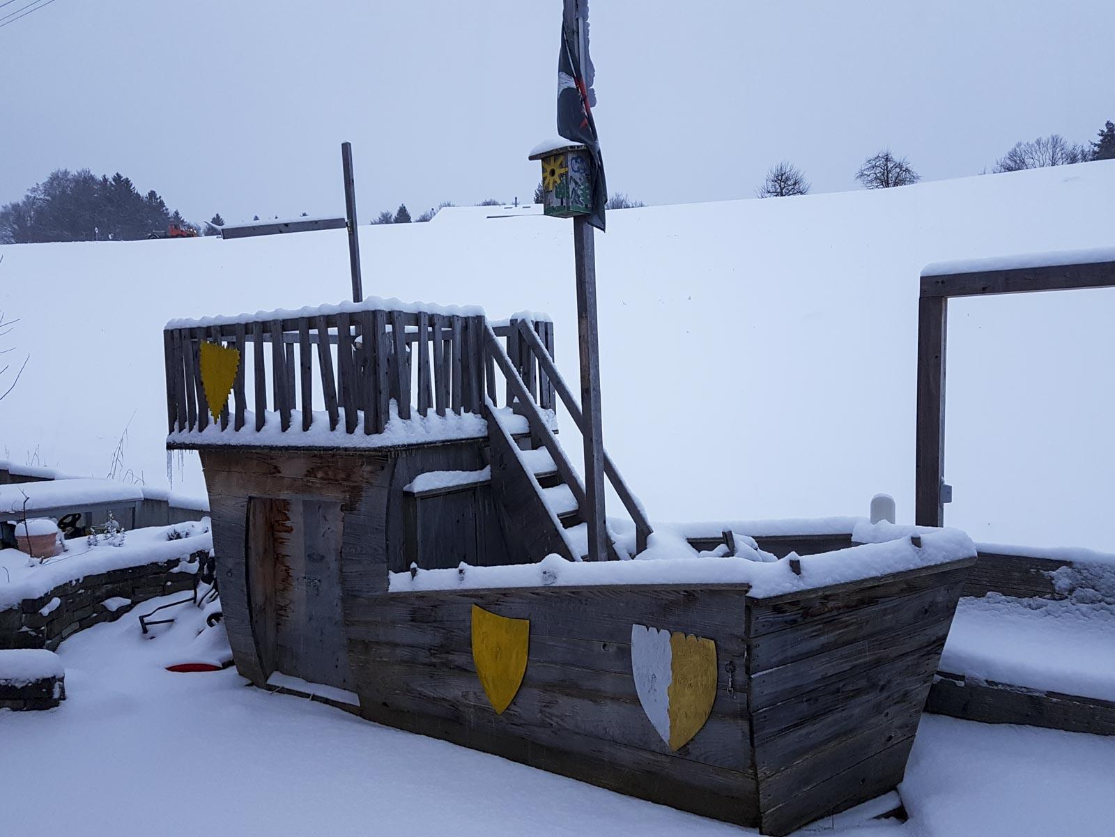Wooddesign_Terrassengestaltung_Spielplatz_Piratenschiff_Naturholz_Lärchenholz vergraut (2)