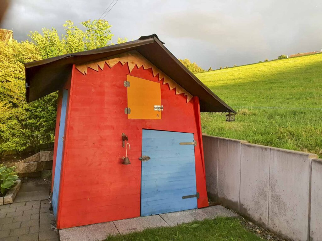 Wooddesign_Terrassengestaltung_Spielplatz_Reduit_Spielhaus_farbig_Gerätehaus (1)
