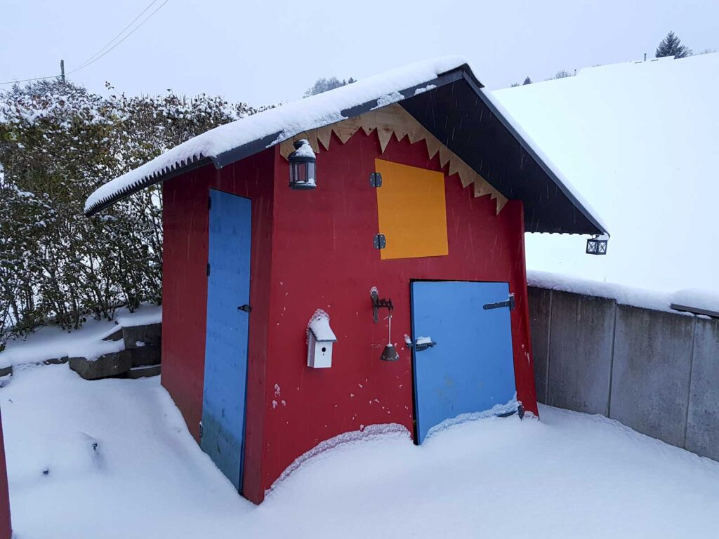 Wooddesign_Terrassengestaltung_Spielplatz_Reduit_Spielhaus_farbig_Gerätehaus (2)