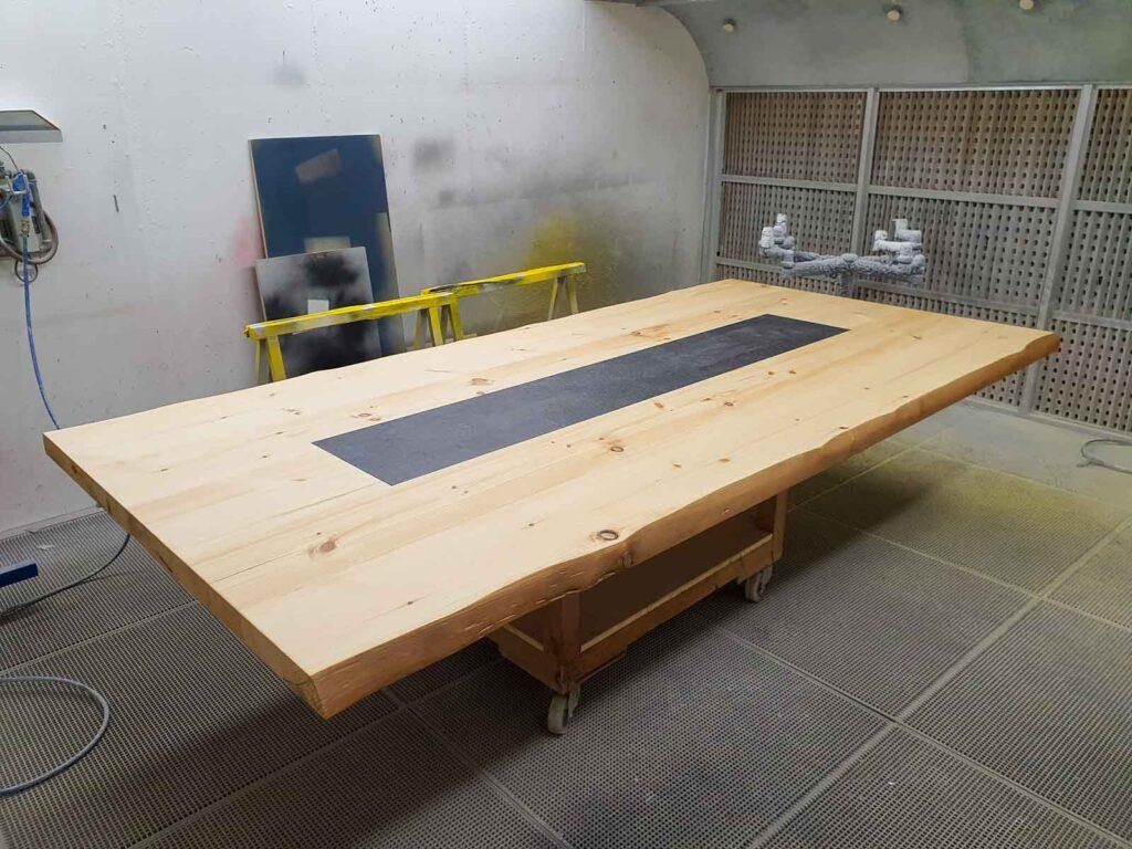 Wooddesign_Tisch-rustikal_hell_Tischeinlage-Keramik_Baumkante_ Föhre massiv (1)