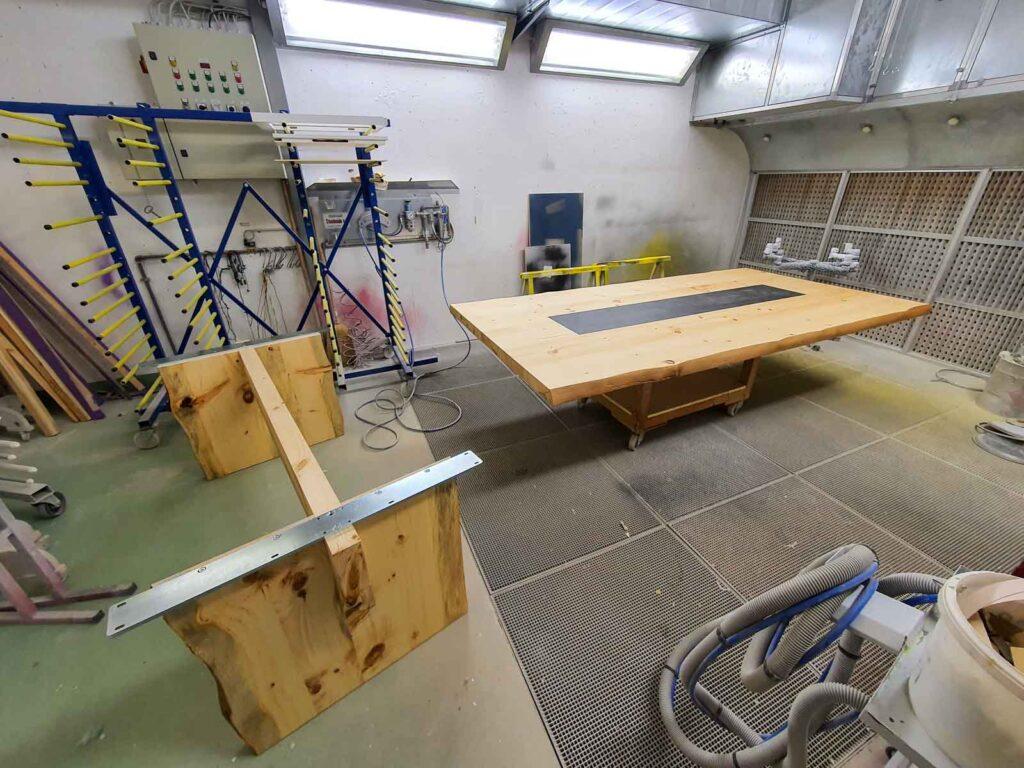 Wooddesign_Tisch-rustikal_hell_Tischeinlage-Keramik_Baumkante_ Föhre massiv (2)