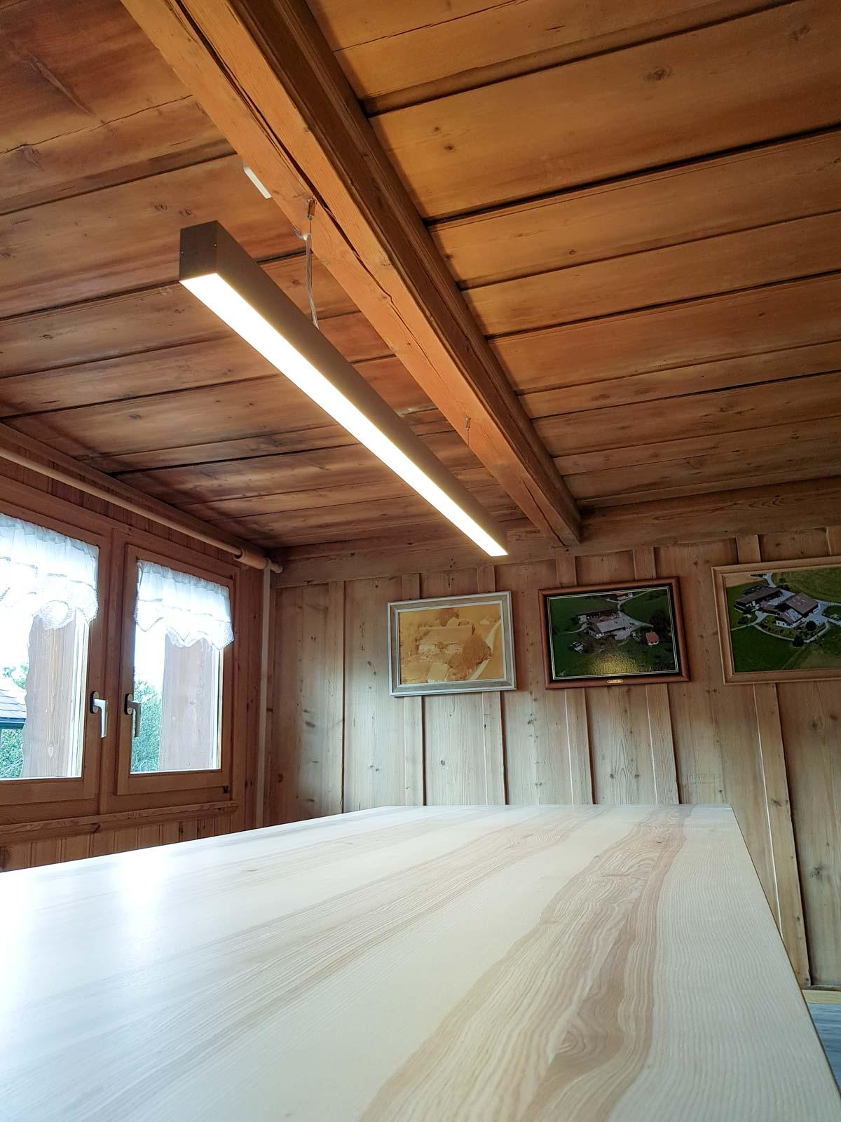 Wooddesign_Tisch_ Esche mit Braunkern massiv_Schwarzstahl_Tischleuchte_Pendelleuchte (5)