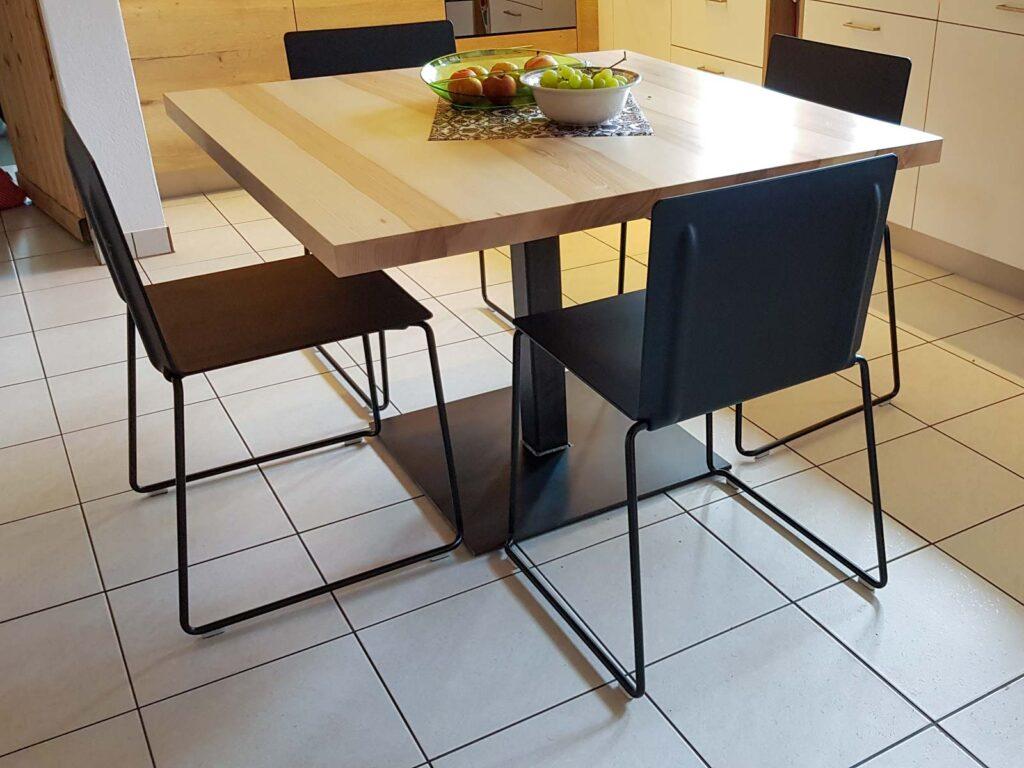 Wooddesign_Tisch_ quadratisch_Esche mit Braunkern_Tischfuss in Mitte_Schwarzstahl (1)