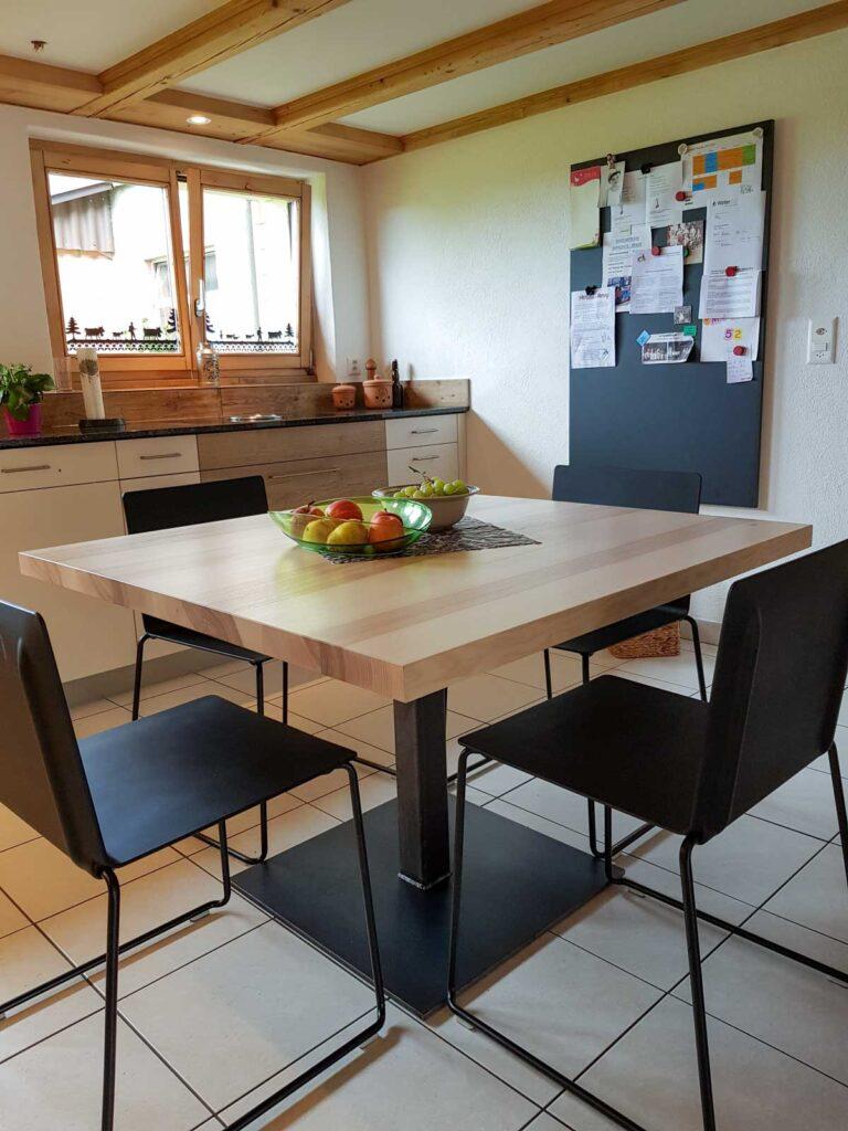 Wooddesign_Tisch_ quadratisch_Esche mit Braunkern_Tischfuss in Mitte_Schwarzstahl (2)