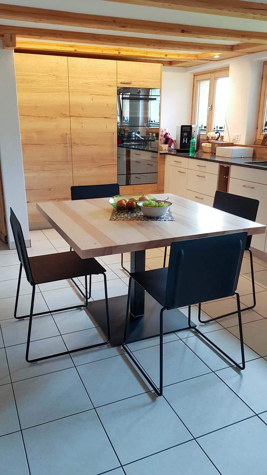 Wooddesign_Tisch_ quadratisch_Esche mit Braunkern_Tischfuss in Mitte_Schwarzstahl (3)