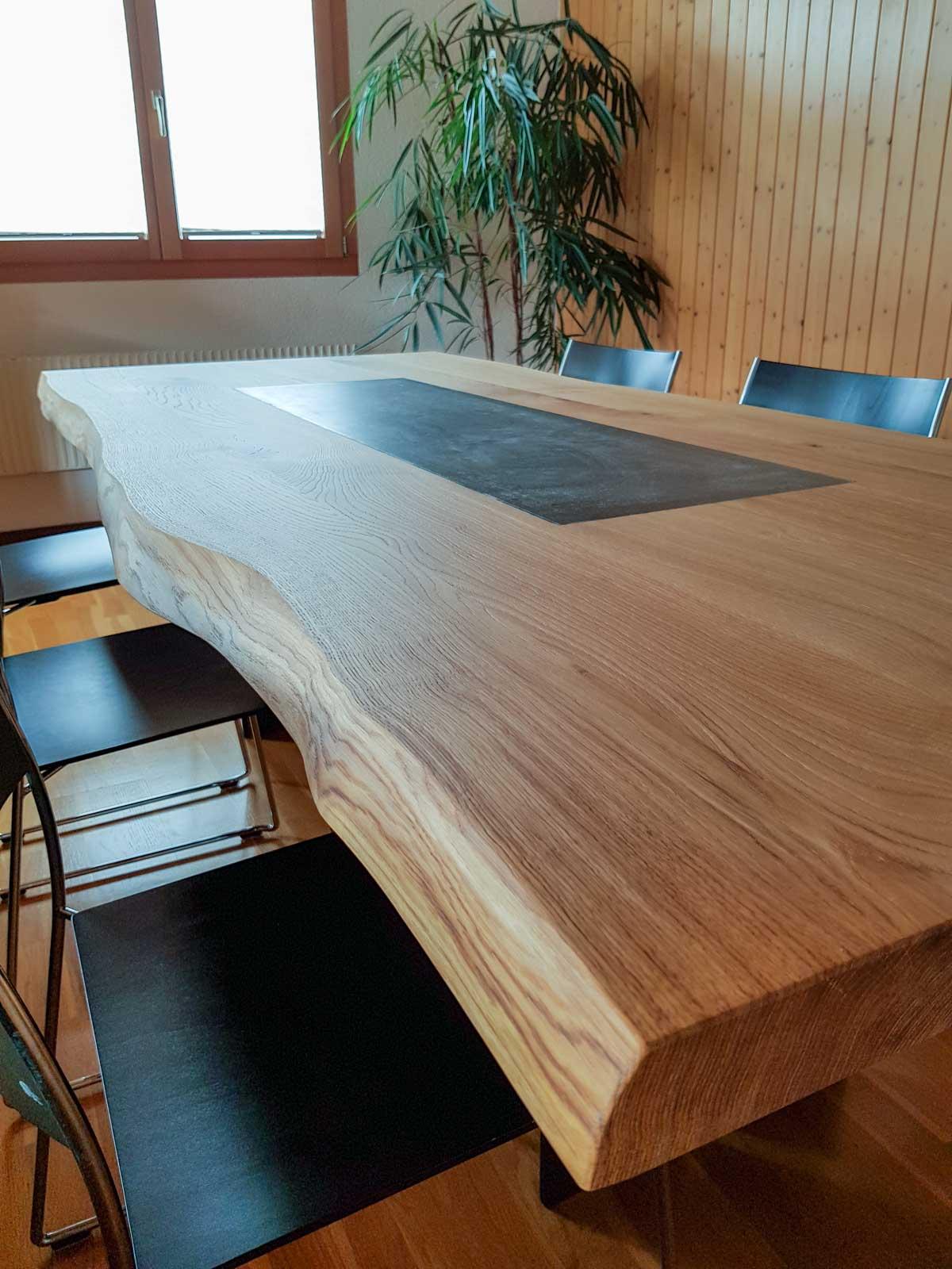 Wooddesign_Tisch_Baumkante_Schwarzstahl_Tischeinlage_Keramik_Eiche (4)