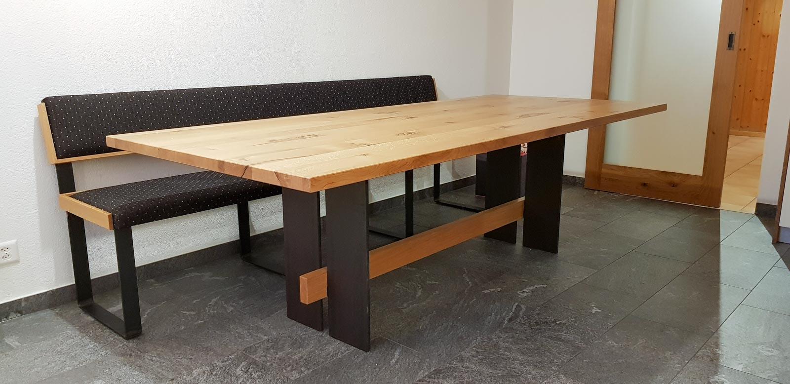 Wooddesign_Tisch_Sitsbank mit Polster_Eische massiv_Beine innen_Schwarzstahl (11)