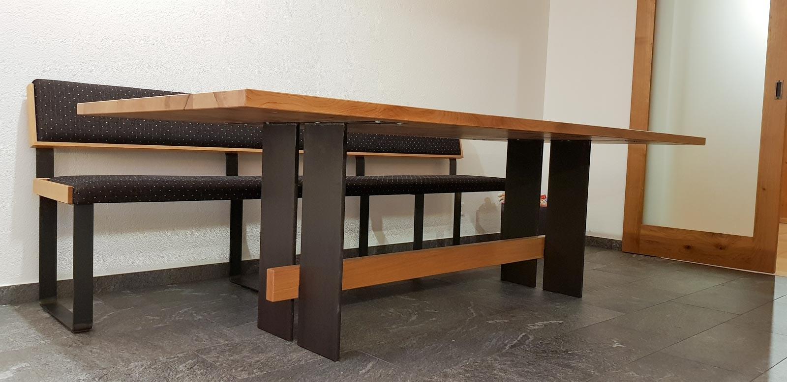 Wooddesign_Tisch_Sitsbank mit Polster_Eische massiv_Beine innen_Schwarzstahl (12)
