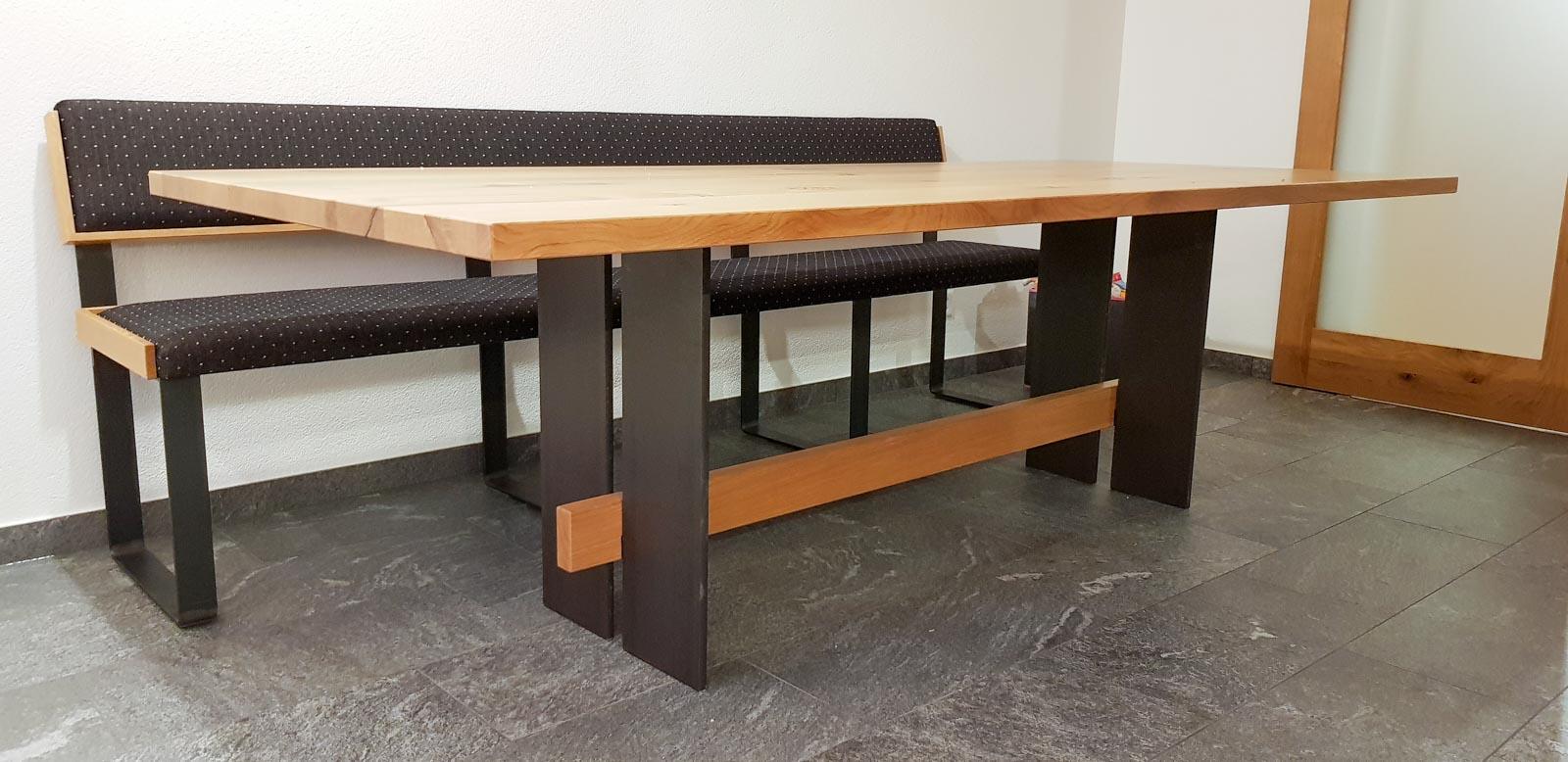 Wooddesign_Tisch_Sitsbank mit Polster_Eische massiv_Beine innen_Schwarzstahl (13)