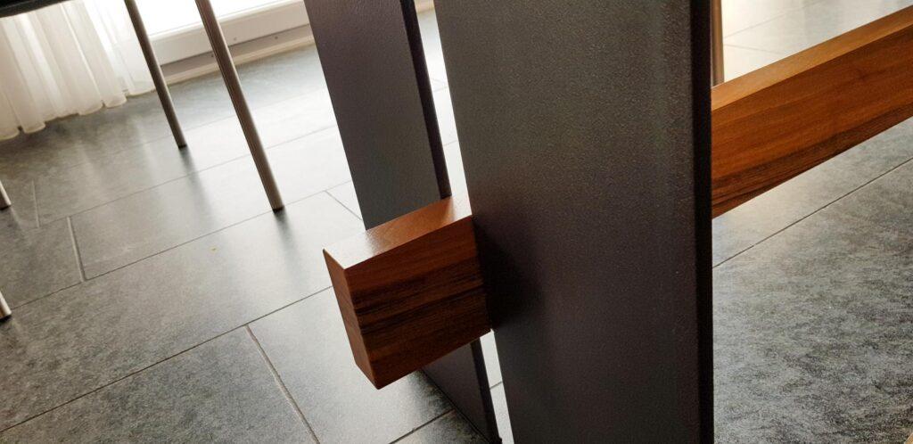 Wooddesign_Tisch_Sitsbank mit Polster_Eische massiv_Beine innen_Schwarzstahl (14)