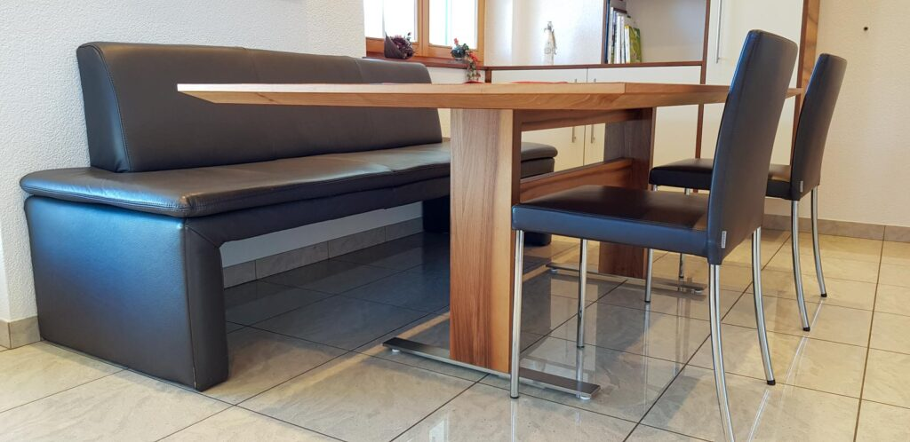 Wooddesign_Tisch_rechteckig_Beine innen_Nussbaum_Bank mit Lederpolster (2)