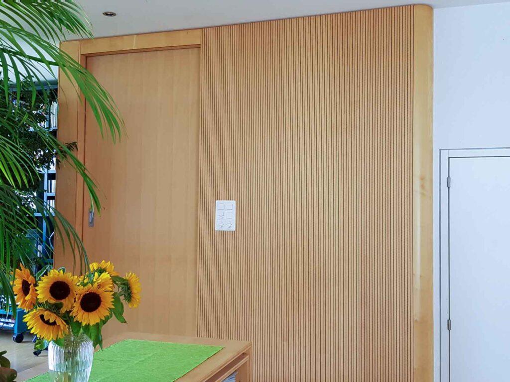 Wooddesign_Wohnzimmermöbel_Ahorn_ hell_Schallabsorption_Schalldämmung_Schiebetüre (1)