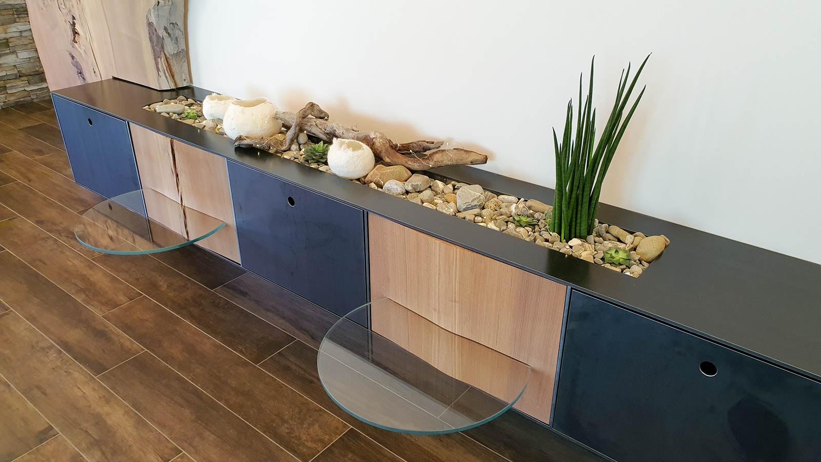 Wooddesign_Wohnzimmermöbel_Design_Holzbild_Ulme_Schwarzstahl_Raumhoch_Pflanzentopf (2)