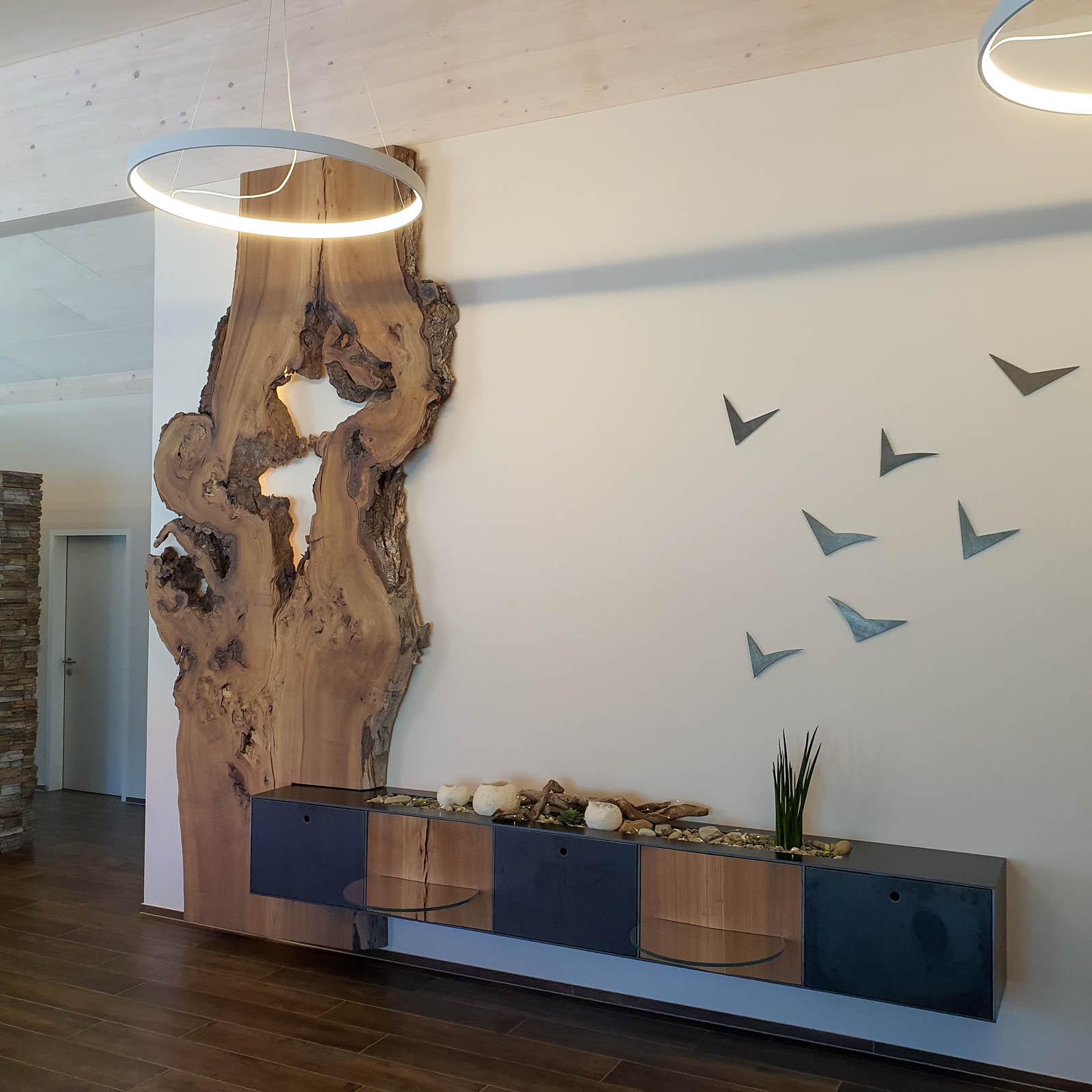 Wooddesign_Wohnzimmermöbel_Design_Holzbild_Ulme_Schwarzstahl_Raumhoch_Pflanzentopf (6)