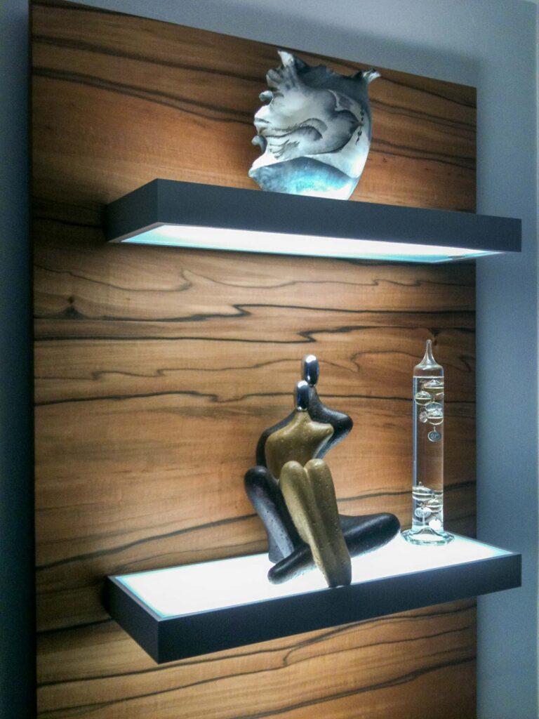 Wooddesign_Wohnzimmermöbel_Indischer Apfelbaum_Tineo_LED Beleuchtung_Glastablar_Bar (3)