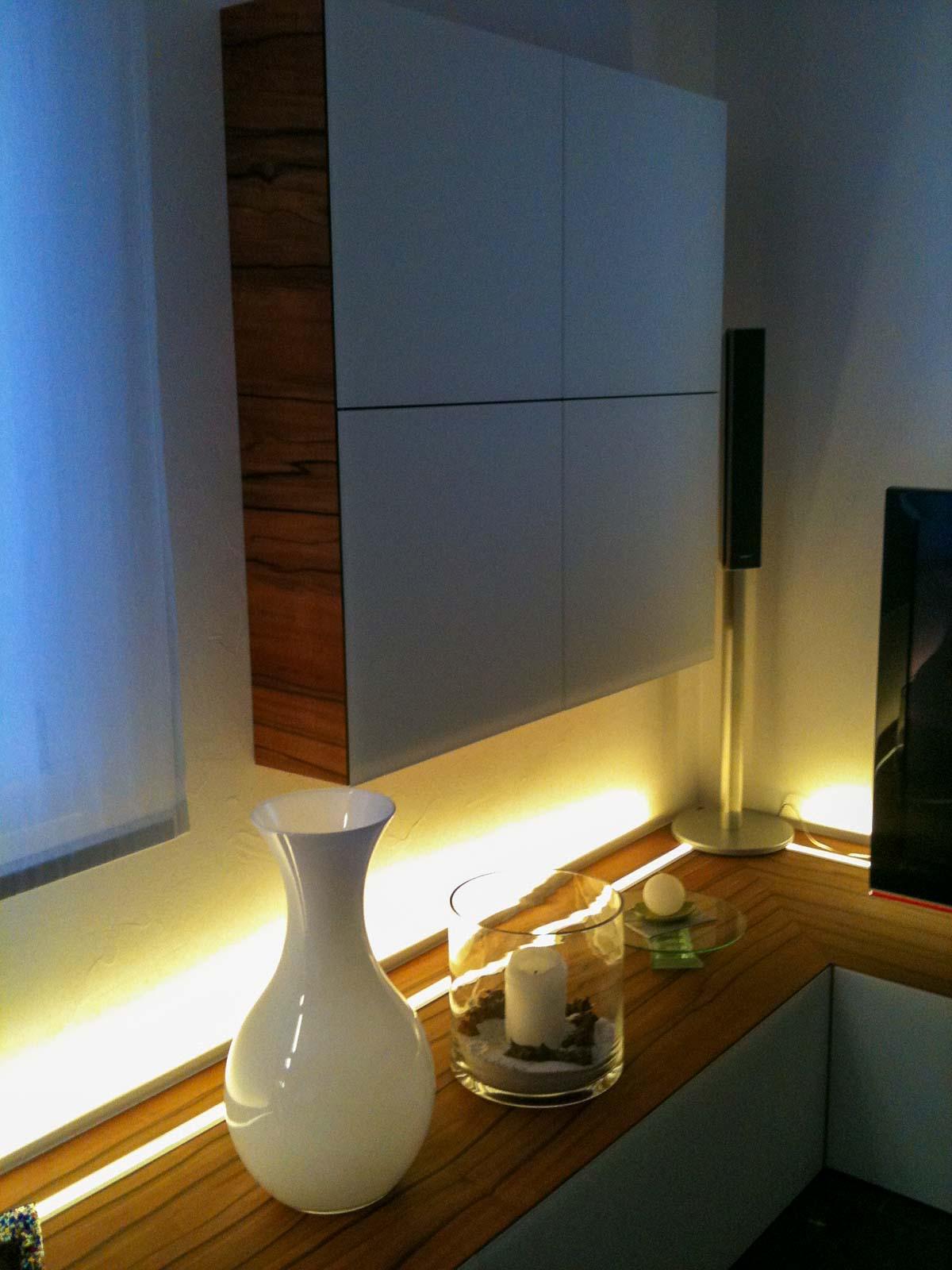 Wooddesign_Wohnzimmermöbel_Indischer Apfelbaum_Tineo_LED Beleuchtung_Glastablar_Bar (4)