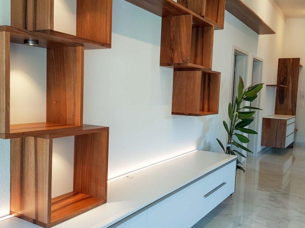 Wooddesign_Wohnzimmermöbel_Nussbaum Massivholz_Griffleisten_Fronten weiss_Plattenspieler_Klappe_LED Licht (1)