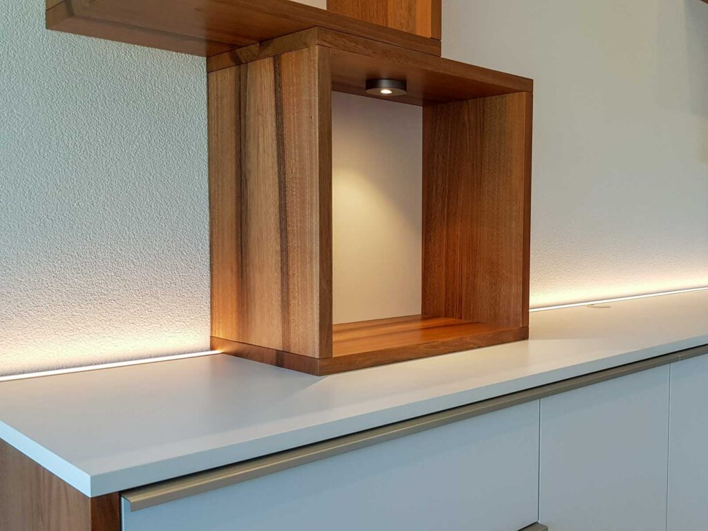 Wooddesign_Wohnzimmermöbel_Nussbaum Massivholz_Griffleisten_Fronten weiss_Plattenspieler_Klappe_LED Licht (2)
