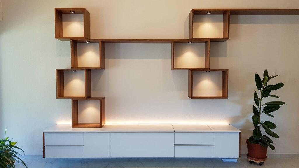 Wooddesign_Wohnzimmermöbel_Nussbaum Massivholz_Griffleisten_Fronten weiss_Plattenspieler_Klappe_LED Licht (3)