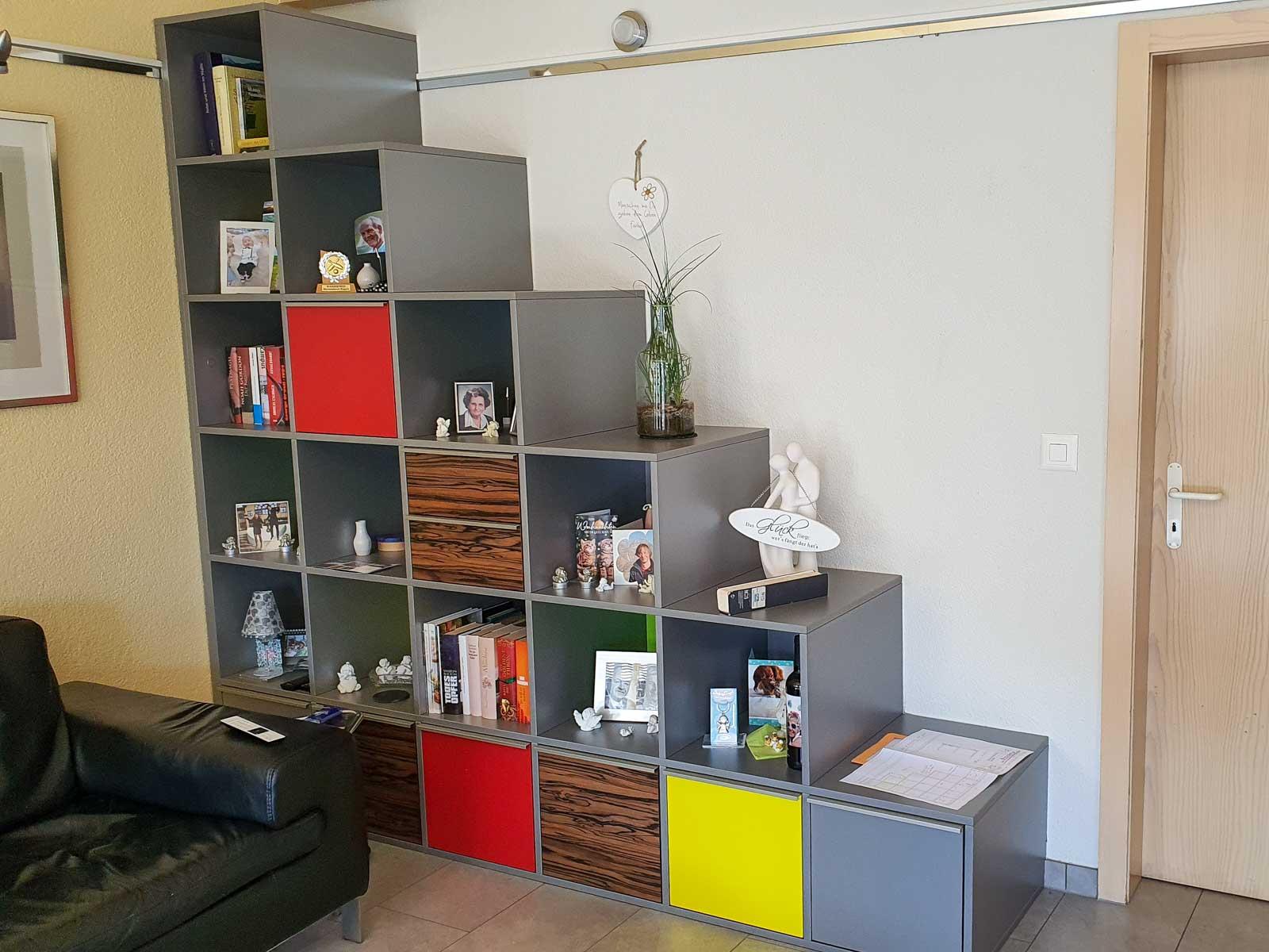 Wooddesign_Wohnzimmermöbel_Treppenform_fargig_Griffleisten_Weinkühler_Fernsehmöbel (1)