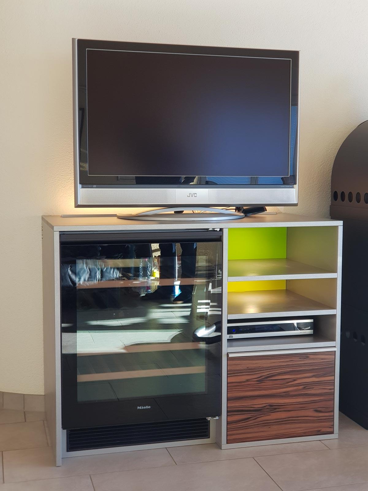 Wooddesign_Wohnzimmermöbel_Treppenform_fargig_Griffleisten_Weinkühler_Fernsehmöbel (2)