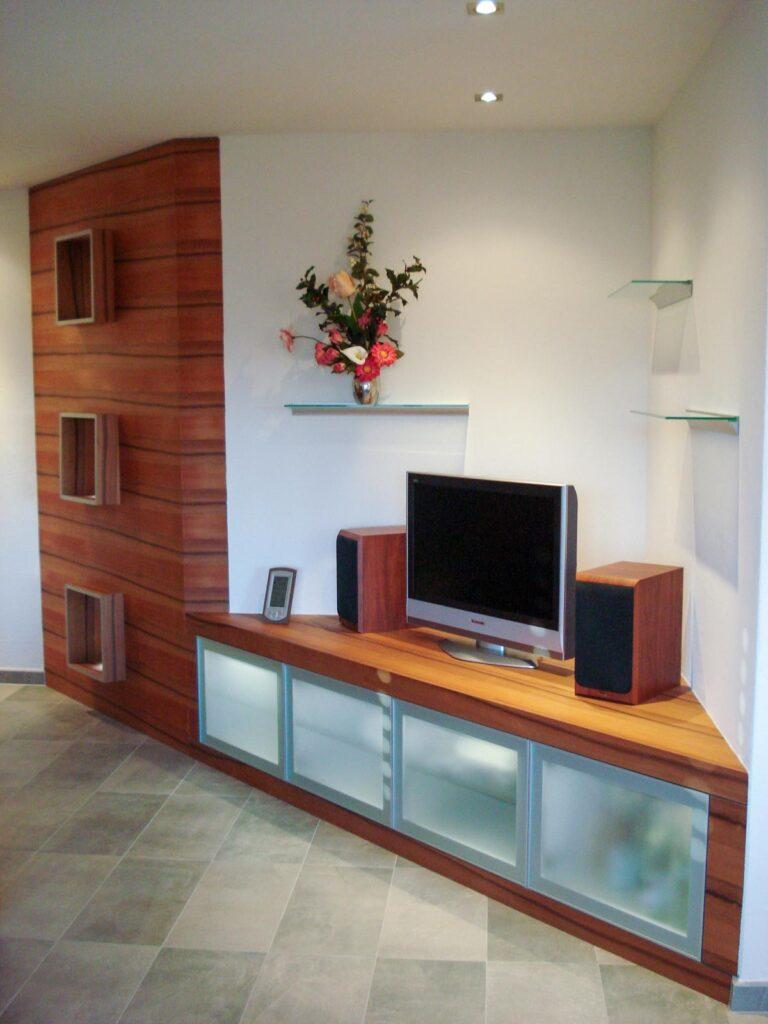 Wooddesign_Wohnzimmermöbel_Vitrine_Indischer Apfelbaum_Tineo_Fernsehmöbel