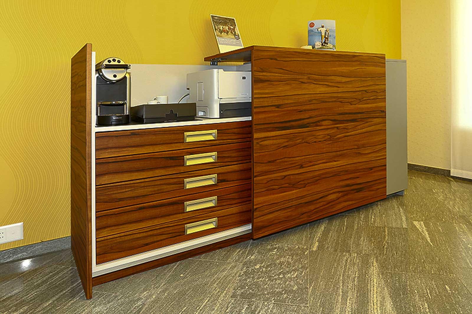 Wooddesign_öffentliche Bauten_Schalteranlage_Raiffeisen Giffers_Beraterbank_Beratungszimmer_Sideboard (1)