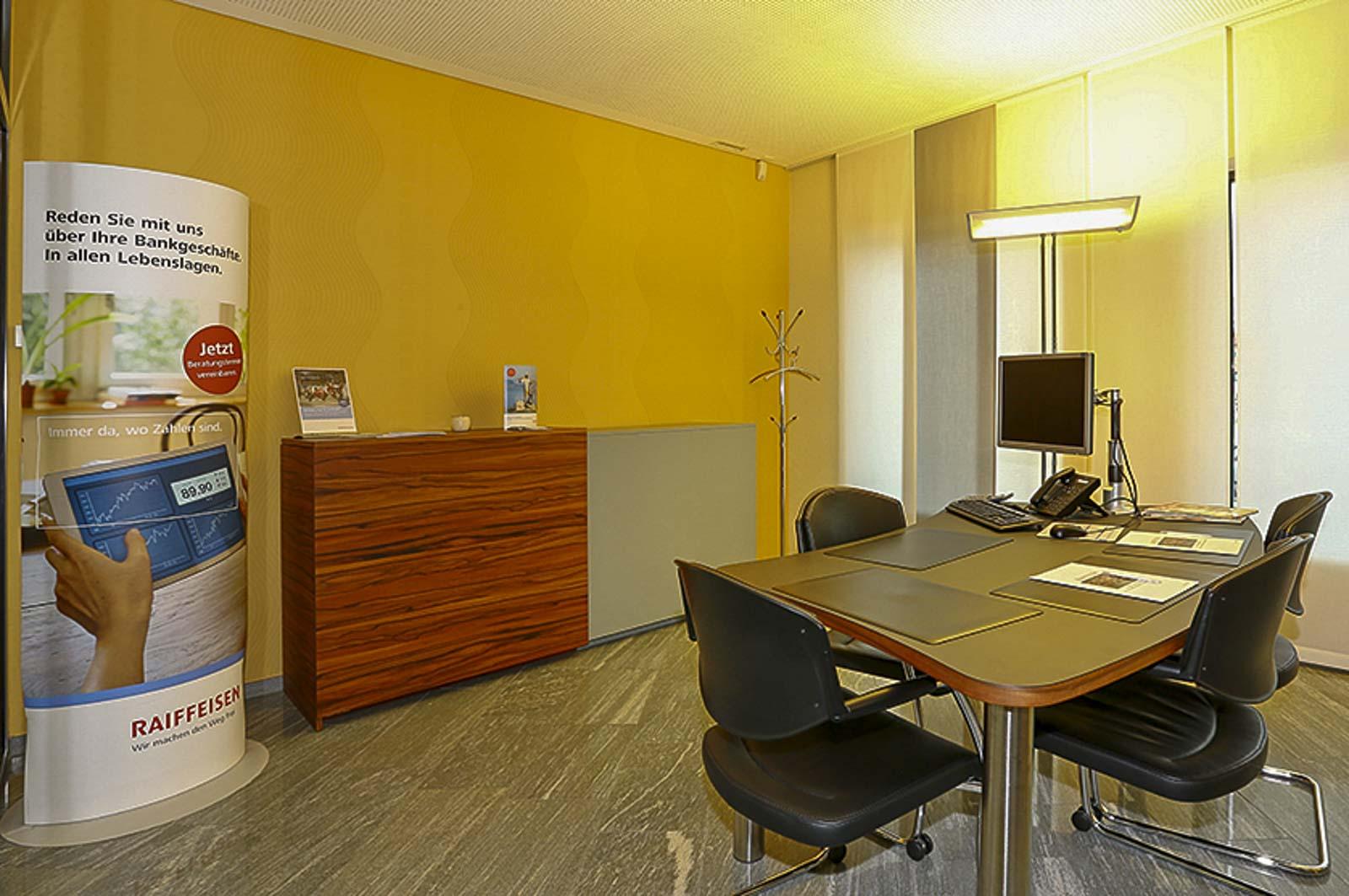 Wooddesign_öffentliche Bauten_Schalteranlage_Raiffeisen Giffers_Beraterbank_Beratungszimmer_Sideboard (2)