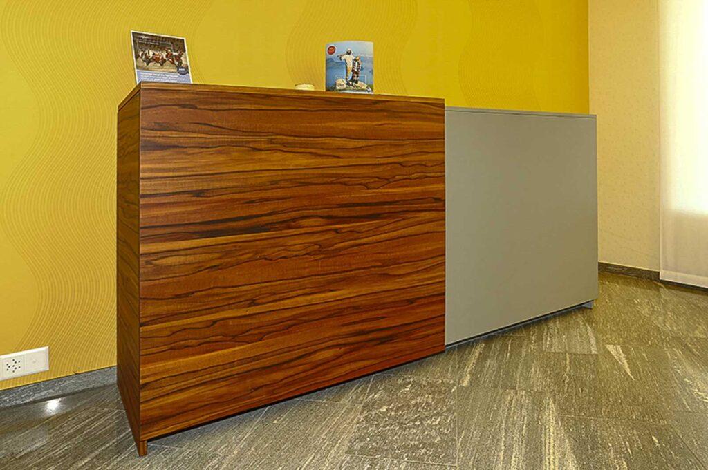 Wooddesign_öffentliche Bauten_Schalteranlage_Raiffeisen Giffers_Beraterbank_Beratungszimmer_Sideboard (4)