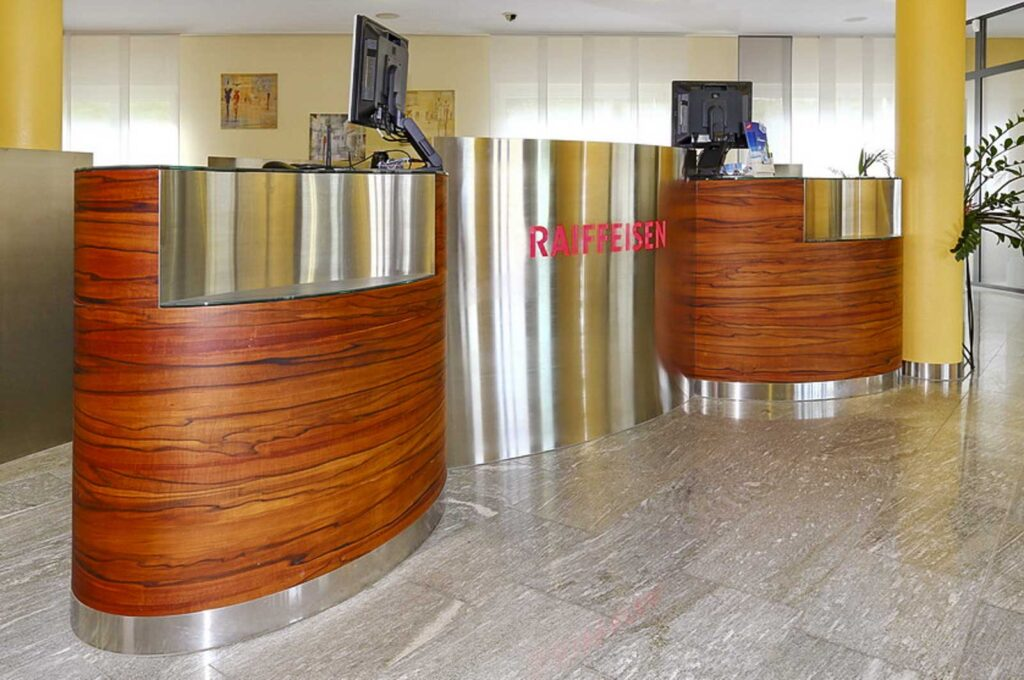Wooddesign_öffentliche Bauten_Schalteranlage_Raiffeisen Giffers_Beraterbank_Möbel_Empfangskorpus (10)