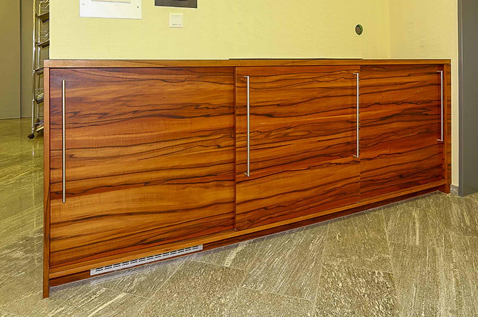 Wooddesign_öffentliche Bauten_Schalteranlage_Raiffeisen Giffers_Beraterbank_Möbel_Empfangskorpus (14)