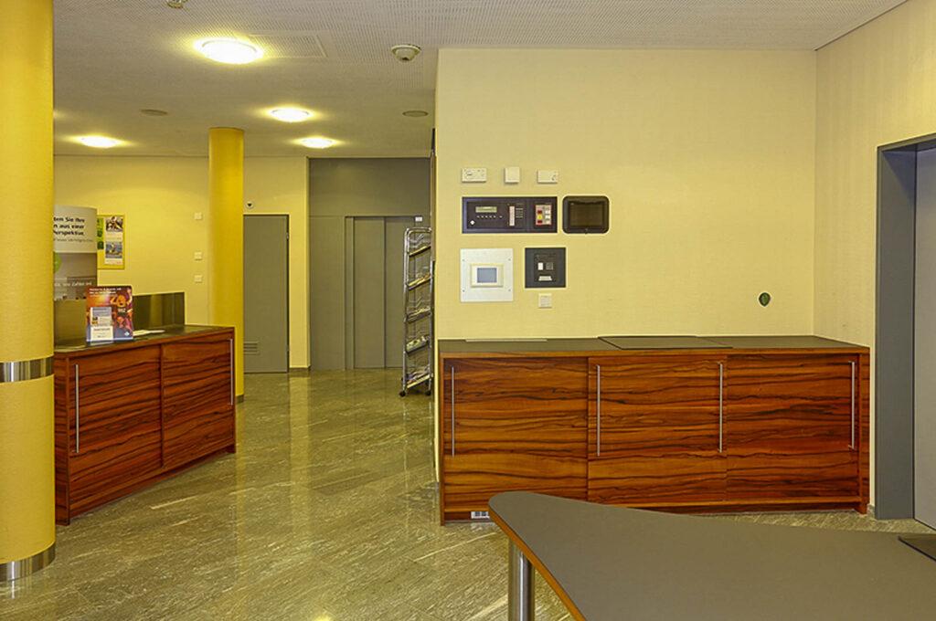 Wooddesign_öffentliche Bauten_Schalteranlage_Raiffeisen Giffers_Beraterbank_Möbel_Empfangskorpus (15)