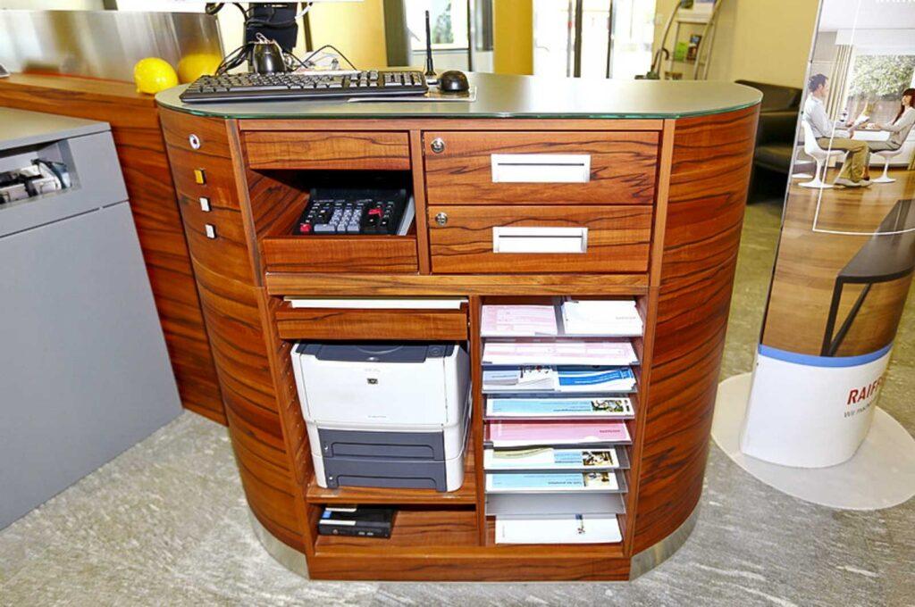 Wooddesign_öffentliche Bauten_Schalteranlage_Raiffeisen Giffers_Beraterbank_Möbel_Empfangskorpus (5)
