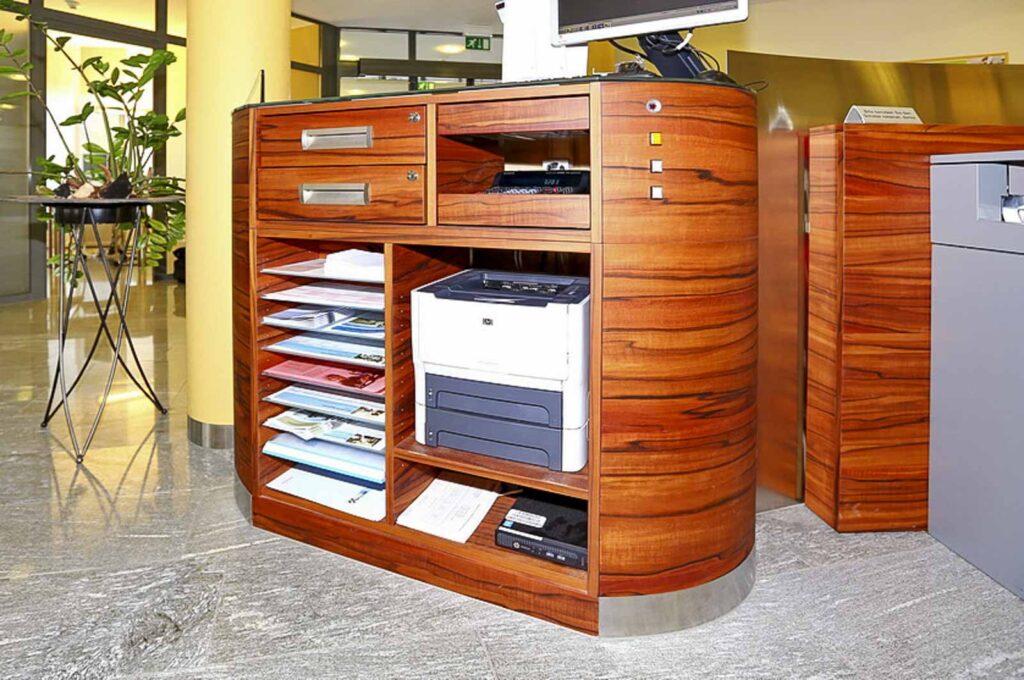 Wooddesign_öffentliche Bauten_Schalteranlage_Raiffeisen Giffers_Beraterbank_Möbel_Empfangskorpus (6)