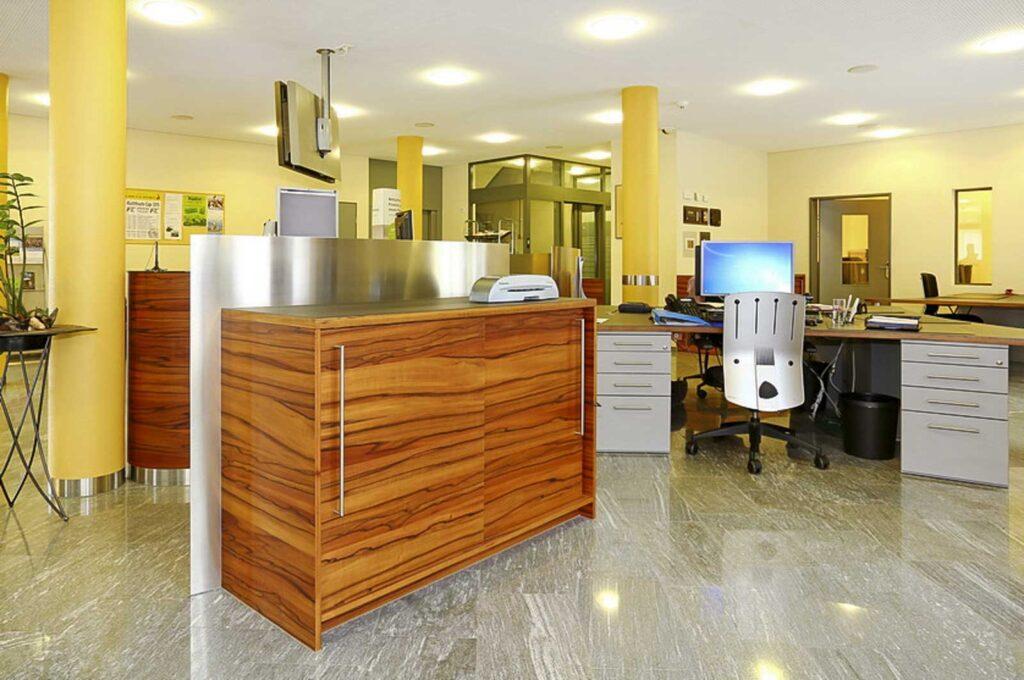 Wooddesign_öffentliche Bauten_Schalteranlage_Raiffeisen Giffers_Beraterbank_Möbel_Empfangskorpus (7)