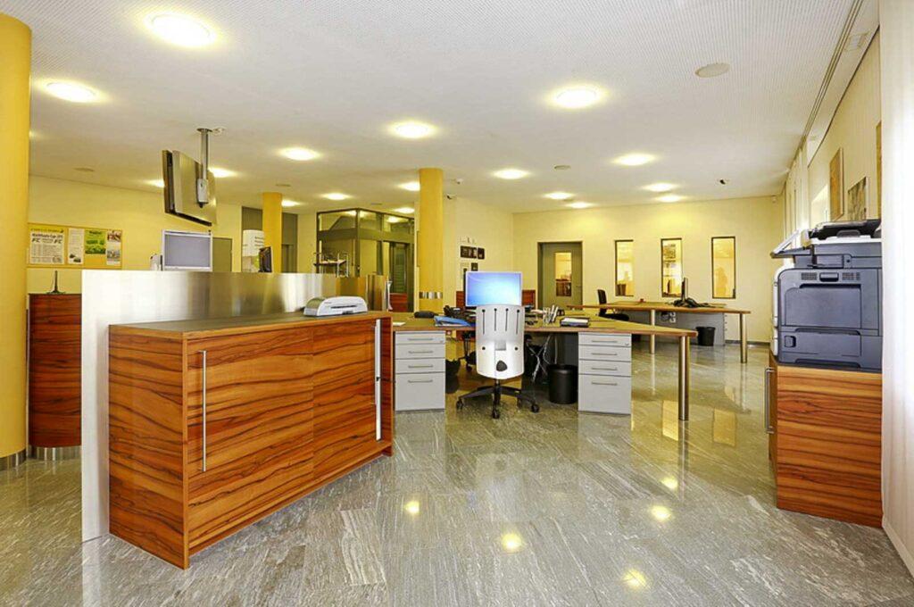 Wooddesign_öffentliche Bauten_Schalteranlage_Raiffeisen Giffers_Beraterbank_Möbel_Empfangskorpus (8)